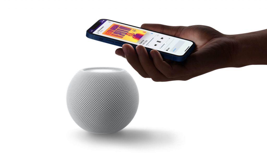 Handoff mit iPhone am HomePod mini (Bild: Apple)